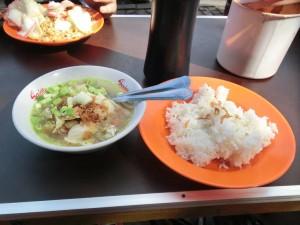 Reis mit Suppe in Jakarta