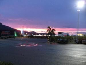 Sonnenuntergang an der Tankstelle