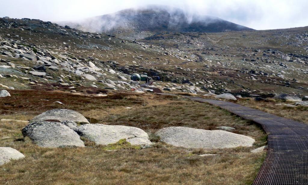 Folge dem Pfad zum Gipfel in den Wolken!