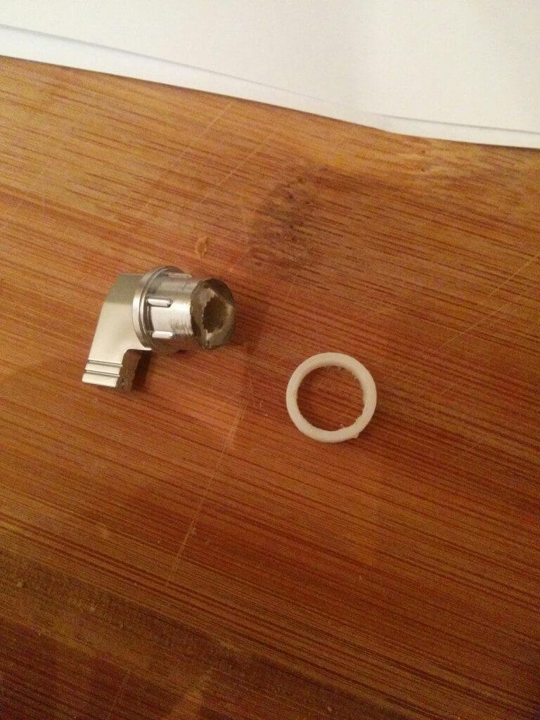 Der ehemaligen Kontrastregler habe ich zurecht gesägt und mit dem 3D-Drucker ein Gegenstück gedruckt, sodass er als Druckknopf für das Bluetoothmodul verwendet werden kann.